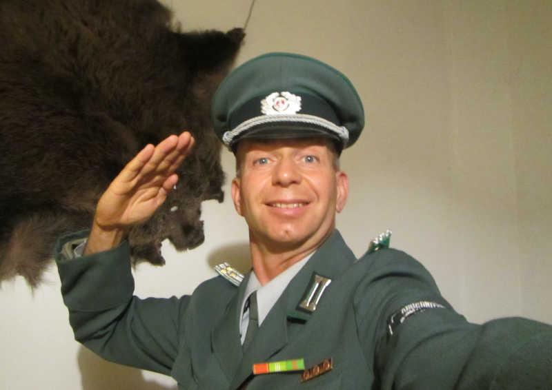 DDR Komiker Volkspolizist ABV Bull als Geburtstagseinlage zum 60. Geburtstag in der Lausitz